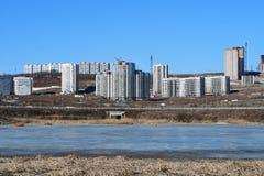 La Russie, Vladivostok, Patrokl Les bâtiments sur la rue de Sochinskaya et le lac anonyme sur Patrokl pendant l'hiver photo stock