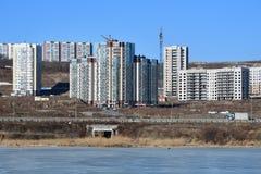 La Russie, Vladivostok, Patrokl Les bâtiments sur la rue de Sochinskaya et le lac anonyme sur Patrokl pendant l'hiver images stock