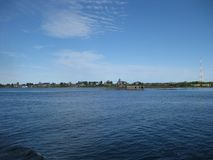La Russie La vue de la mer au rivage Jour d'été ensoleillé, ciel bleu d'espace libre et eau bleue de la mer blanche Image stock