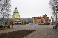 5 04 La Russie 2012, YUGRA, Khanty-Mansiysk, Khanty-Mansiysk, l'industrie du bâtiment et ` d'Okhotny Ryad de ` de centre d'affair Image libre de droits