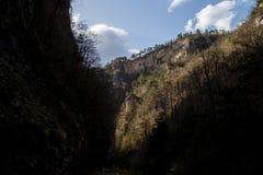 La ruta famosa a través de las montañas foto de archivo