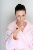 La rutina del cuidado de piel se realizó por una mujer joven con una crema en su dedo Imagen de archivo