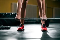 La séance d'entraînement de femme avec le barbell au gymnase, préparent pour soulever des poids photographie stock