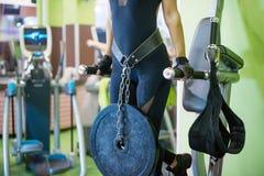 La séance d'entraînement de femme d'athlète arme sur des immersions horizontales Photo stock