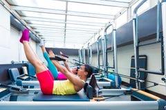 La séance d'entraînement de réformateur de Pilates exerce des femmes Photos libres de droits