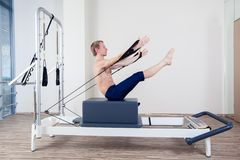 La séance d'entraînement de réformateur de Pilates exerce l'homme au gymnase Photographie stock