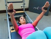 La séance d'entraînement de réformateur de Pilates exerce la femme Photo libre de droits