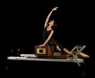 La séance d'entraînement de réformateur de Pilates exerce la femme Photos stock