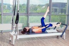 La séance d'entraînement de réformateur de Pilates exerce la femme au gymnase d'intérieur Photographie stock libre de droits