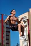La séance d'entraînement, traction de sportif lève la barre horizontale avec le grand effort Images stock