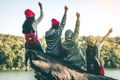 La séance de touristes de la femme sur la rivière entourée par des rivières Images libres de droits