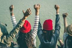 La séance de touristes de la femme sur la rivière entourée par des rivières Photo libre de droits