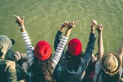 La séance de touristes de la femme sur la rivière entourée par des rivières Photographie stock