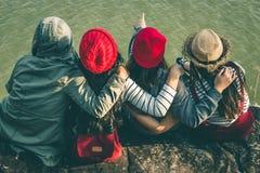 La séance de touristes de la femme sur la rivière entourée par des rivières Image libre de droits