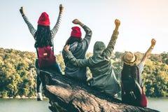 La séance de touristes de la femme sur la rivière entourée par des rivières Photos libres de droits