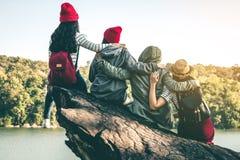 La séance de touristes de la femme sur la rivière entourée par des rivières Images stock