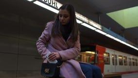 La séance pleurante frustrée de fille seule en souterrain, dissolution, a perdu dans la grande ville banque de vidéos