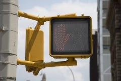 La sécurité de bord de la route ne croisent pas la lumière 'de main rouge' image libre de droits