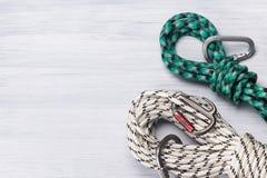 La sécurité ropes avec les crochets instantanés pour s'élever sur un fond clair photographie stock libre de droits