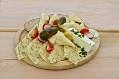 La sélection et le pain de fromage ont arrangé d'un plat en bois images stock