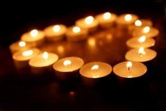 La sépia a modifié la tonalité des bougies de station thermale en état de faible luminosité photographie stock