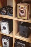 La sépia a modifié la tonalité l'image de vieux appareils-photo de boîte et d'un binoculaire Images libres de droits