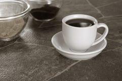 La sépia a modifié la tonalité la tasse de café blanc sur le compteur de granit Photographie stock libre de droits