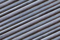 La série de rondins a séché la rangée infinie naturelle rustique de parallèle de fond diagonal beige gris de barils images stock