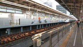 La série de Shinkansen N700A s'écarte de la station de Shin-Osaka banque de vidéos