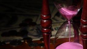 La sabbia è rosa a colori cade, clessidra Fine in su stock footage
