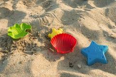 La sabbia della spiaggia modella i giocattoli dei bambini Fotografie Stock