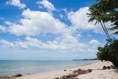 La sabbia di mare vede il cielo Immagine Stock
