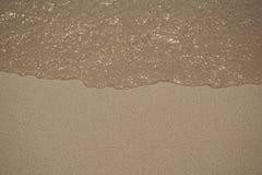 La sabbia pulita e la chiara acqua fotografia stock
