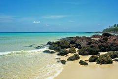 La sabbia selvaggia della spiaggia oscilla Coral Sea Tropical Landscape immagini stock libere da diritti