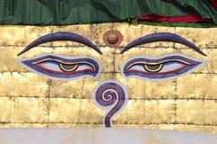 La sabiduría de Buda observa en el stupa del templo de Nepal imagenes de archivo