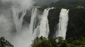 La sacudida baja, Gerosoppa baja o Joga baja en el río de Sharavathi en el estado de Karnataka de la India almacen de video