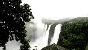 La sacudida baja, Gerosoppa baja o Joga baja en el río de Sharavathi en el estado de Karnataka de la India almacen de metraje de vídeo