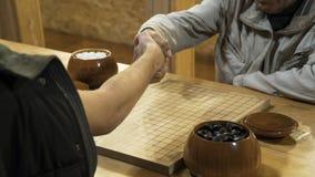 La sacudida de la mano antes del juego de mesa chino del juego va o Weiqi Imagen de archivo libre de regalías