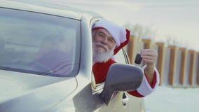 La sacudida de Papá Noel cierra la mirada hacia fuera del nuevo coche, cámara lenta metrajes