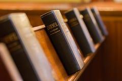 La Sagrada Biblia en iglesia Imágenes de archivo libres de regalías