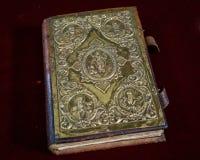 La Sagrada Biblia que se sienta en el altar de la iglesia bendecida Foto de archivo libre de regalías