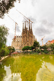 La Sagrada Familia - de indrukwekkende die kathedraal door architect Gaudi wordt ontworpen, die is bouwt sinds 19 Maart, 1882 en  Stock Afbeelding