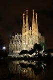 La Sagrada Familia på natten Arkivbild