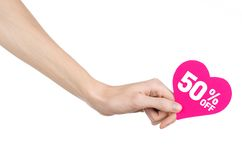 La Saint-Valentin escompte le sujet : Remettez juger une carte sous forme de coeur rose avec une remise de 50% sur d'isolement Photo libre de droits