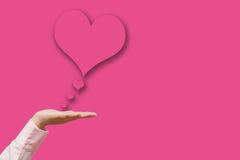 La Saint-Valentin heureuse, main font un coeur Images libres de droits