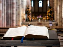 La Sainte Bible dans la cathédrale de Speyer image libre de droits