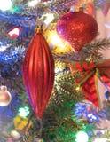 La saison des vacances, décorations d'arbre de Noël rougeoient sous les lumières lumineuses et vives, colorées sur un arbre d'int Image stock