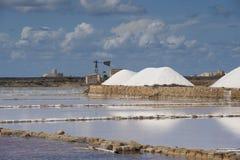La sal acumula cerca de Trapan en Sicilia Imágenes de archivo libres de regalías