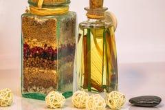 La sal de Dispensa del La con las hierbas y las especias y el blanco las bolas encienden b foto de archivo