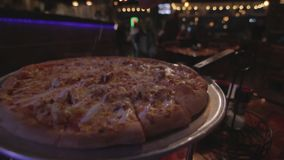 La sal de la pizza condimenta la hornada metrajes